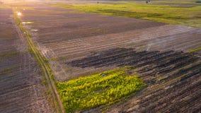 Brûlure aérienne de ferme de maïs de photo après saison de récolte Image stock