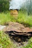 Brûlure de bois de chauffage de fumoir de baril d'élévations de fumée vieille Photo libre de droits