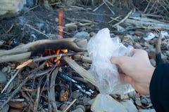 Brûlure de sachet en plastique photographie stock