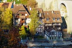 Brücke über Aare und traditionellem Haus, Bern, die Schweiz Lizenzfreie Stockfotos