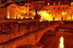 Brücke über Alzette-Fluss im Luxemburg-Bildnehmen nachts Lizenzfreies Stockbild