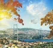 Brücke über Bosphorus bei Sonnenuntergang in der Herbstzeit Lizenzfreie Stockfotos