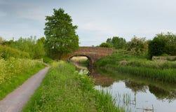 Brücke über BRITISCHER englischer Landszene Fluss Englands Lizenzfreie Stockfotos