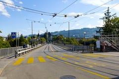 Brücke über dem Aare-Fluss in Bern Stockfoto