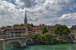 Brücke über dem Aare-Fluss in Bern, die Schweiz Lizenzfreie Stockfotos