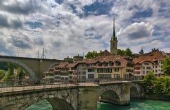 Brücke über dem Aare-Fluss in Bern, die Schweiz Stockfotos