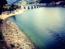 Brücke über dem Cavado-Fluss- Portugal stockfotografie