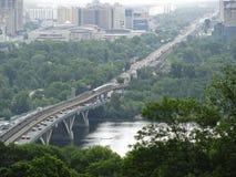 Brücke über dem Dnieper-Fluss: Ansicht von der hohen Bank in Kie Stockbild