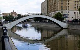 Brücke über dem Fluss Lizenzfreie Stockfotografie