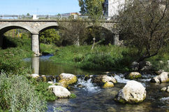 Brücke über dem Fluss Stockfotos