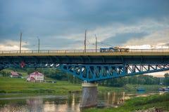 Brücke über dem Fluss bei Sonnenuntergang Blaue gelbe Brücke stockfoto