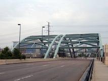 Brücke über dem Fluss, der in Denver führt Lizenzfreie Stockfotos