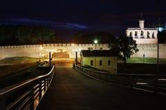 Brücke über dem Fluss in der Stadt großes Novgorod Lizenzfreie Stockbilder
