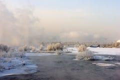Brücke über dem Fluss in einem Nebel stockfotografie