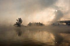 Brücke über dem Fluss in einem Nebel stockbilder