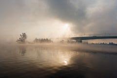Brücke über dem Fluss in einem Nebel lizenzfreies stockfoto