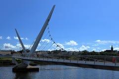 Brücke über dem Fluss Foyle von Derry lizenzfreie stockbilder