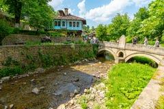 Brücke über dem Fluss im Etera-Naturreservat in Bulgarien Stockfoto