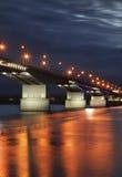 Brücke über dem Fluss Kama in der Dauerwelle Russland stockfoto