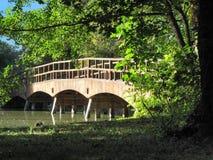 Brücke über dem Fluss in Lednice Stockfoto