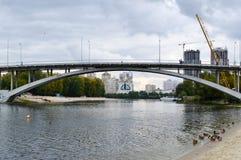 Brücke über dem Fluss mit Enten Stockfoto