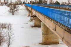 Brücke über dem Fluss Mologa Stockfotos