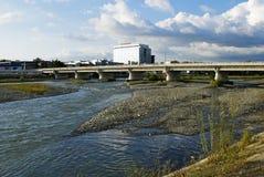 Brücke über dem Fluss Mzymta im Adler-Bezirk von Sochi Stockfotografie