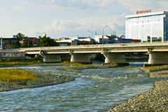 Brücke über dem Fluss Mzymta im Adler-Bezirk von Sochi Stockbilder