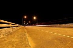 Brücke über dem Fluss nachts Lizenzfreies Stockbild