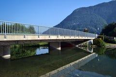 Brücke über dem Fluss, reflektiert im Wasser Lizenzfreie Stockfotos