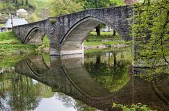 Brücke über dem Fluss Semois in der Fleischbrühe Stockfotografie