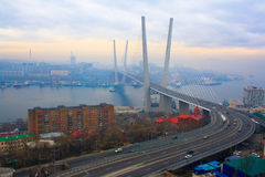 Brücke über dem goldenen Hupenschacht. Stockbilder