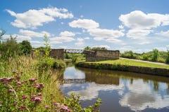 Brücke über dem Kanal stockfoto