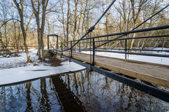 Brücke über dem Kanal im Frühjahr Lizenzfreie Stockfotografie