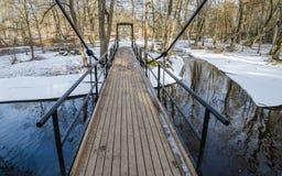 Brücke über dem Kanal im Frühjahr Lizenzfreie Stockbilder