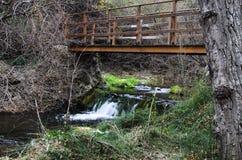 Brücke über dem kleinen Fluss Stockbilder