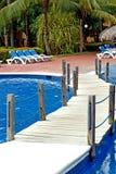 Brücke über dem Pool und den Stühlen Lizenzfreie Stockfotos