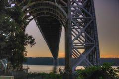 Brücke über dem Schauen des Flusses Stockfotos