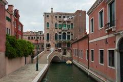 Brücke über dem schmalen Kanal lizenzfreie stockfotos