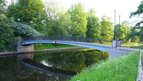 Brücke über dem schwarzen Fluss in St Petersburg stockfotografie