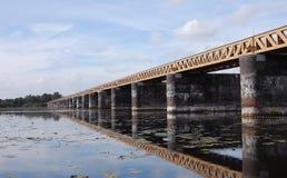 Brücke über dem See Stockfotos