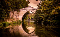 Brücke über dem See, Sonnenuntergangzeit Lizenzfreies Stockbild