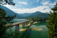 Brücke über dem See Sylvensteinsee im Bayern Lizenzfreies Stockbild
