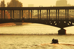Brücke über dem Seine-Fluss am Sonnenuntergang in Paris. stockbild