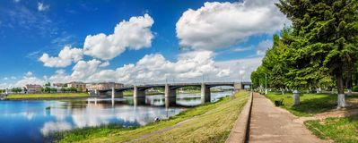 Brücke über dem Volga in Tver stockfotos