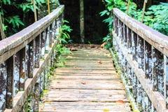 Brücke über dem Wasserfall Lizenzfreie Stockfotos