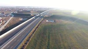 Brücke über der Autobahn gesehen vom Brummen stock video footage