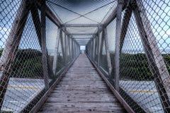 Brücke über der Autobahn zum auf den Strand zu setzen Lizenzfreie Stockfotos
