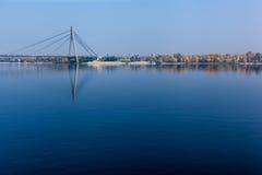 Brücke über der Dnieper-Flusshängebrücke in Kiew auf Stockbild
