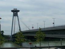 Brücke über der Donau in Bratislava lizenzfreies stockbild
